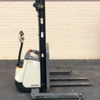2016 Electric Crown ST3000-25 Electric Walkie Straddle Stacker