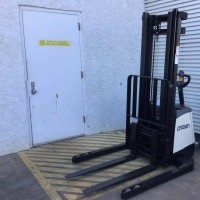 2017 Crown SX3000-40 Electric Walkie Straddle Stacker